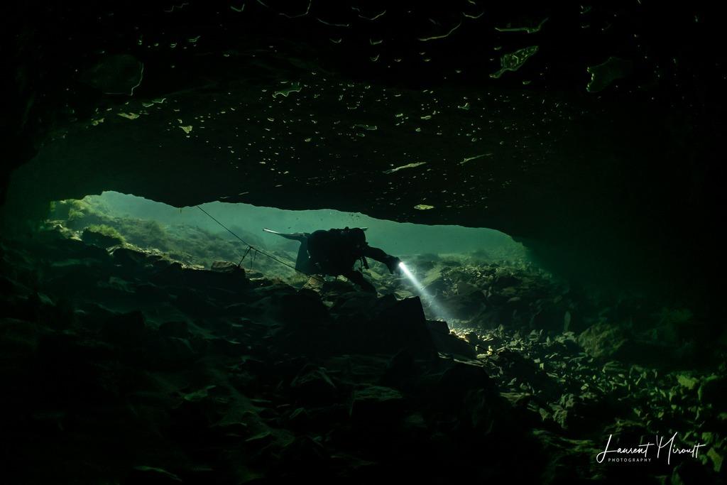 Hélène Adam pénètre dans la résurgence de l'oeil de la Doue pour une plongée souterraine avec Laurent Miroult.