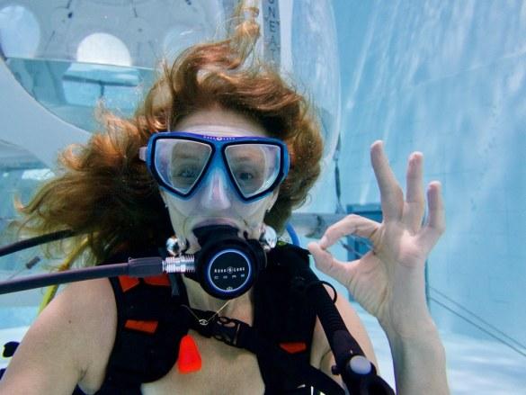 Protéger ses cheveux en plongée est important pour cette femme qui s'initie en piscine.