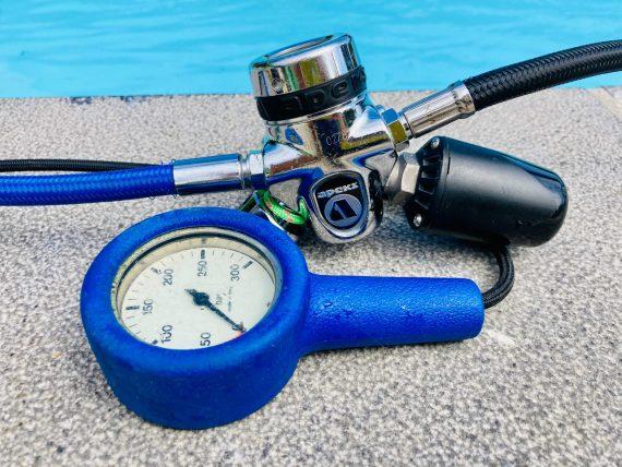 Un détendeur avec une sonde de pression et un manomètre mécanique.