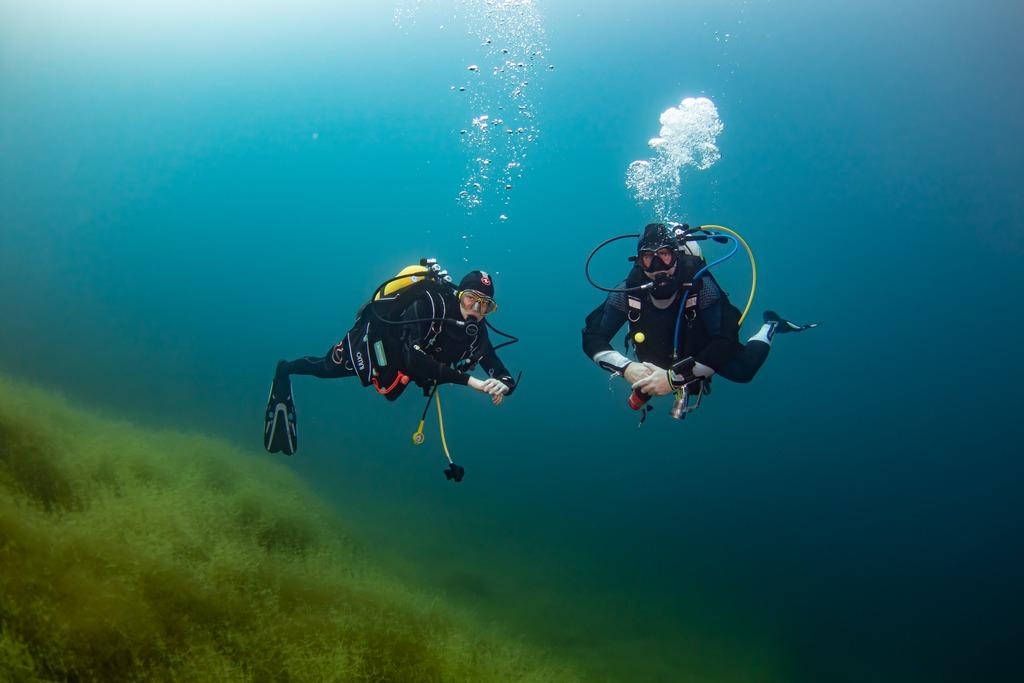 Deux plongeurs sous l'eau à la Gravière du Fort.