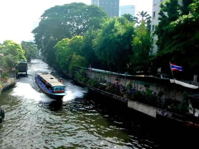 Getting around Bangkok by boat can often be quicker than taxi. It's a great tip for first time visitors to Bangkok. Check our post for more