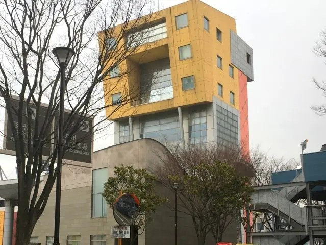 Building with yellow top - it looks as if the top of the building is wider than the base
