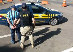 PRF cumpre prisão preventiva em fiscalização de ônibus de torcida em Caxias