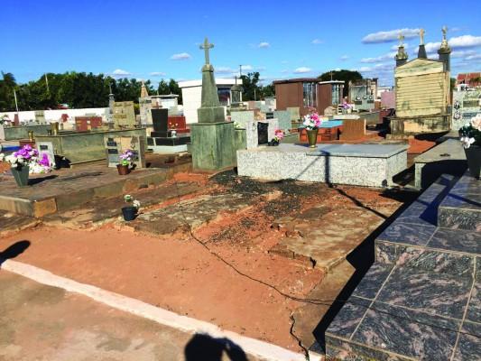 Donos de sepulturas abandonadas podem perder vagas em cemitério