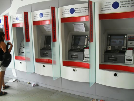 Anúncio de possível fim de caixas humanos nas agências do Santander revolta Sindicado dos Bancários