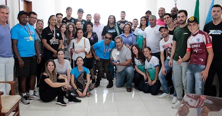 Atletas que representaram Assis nos Jogos Abertos de Marília são recebidos por prefeito