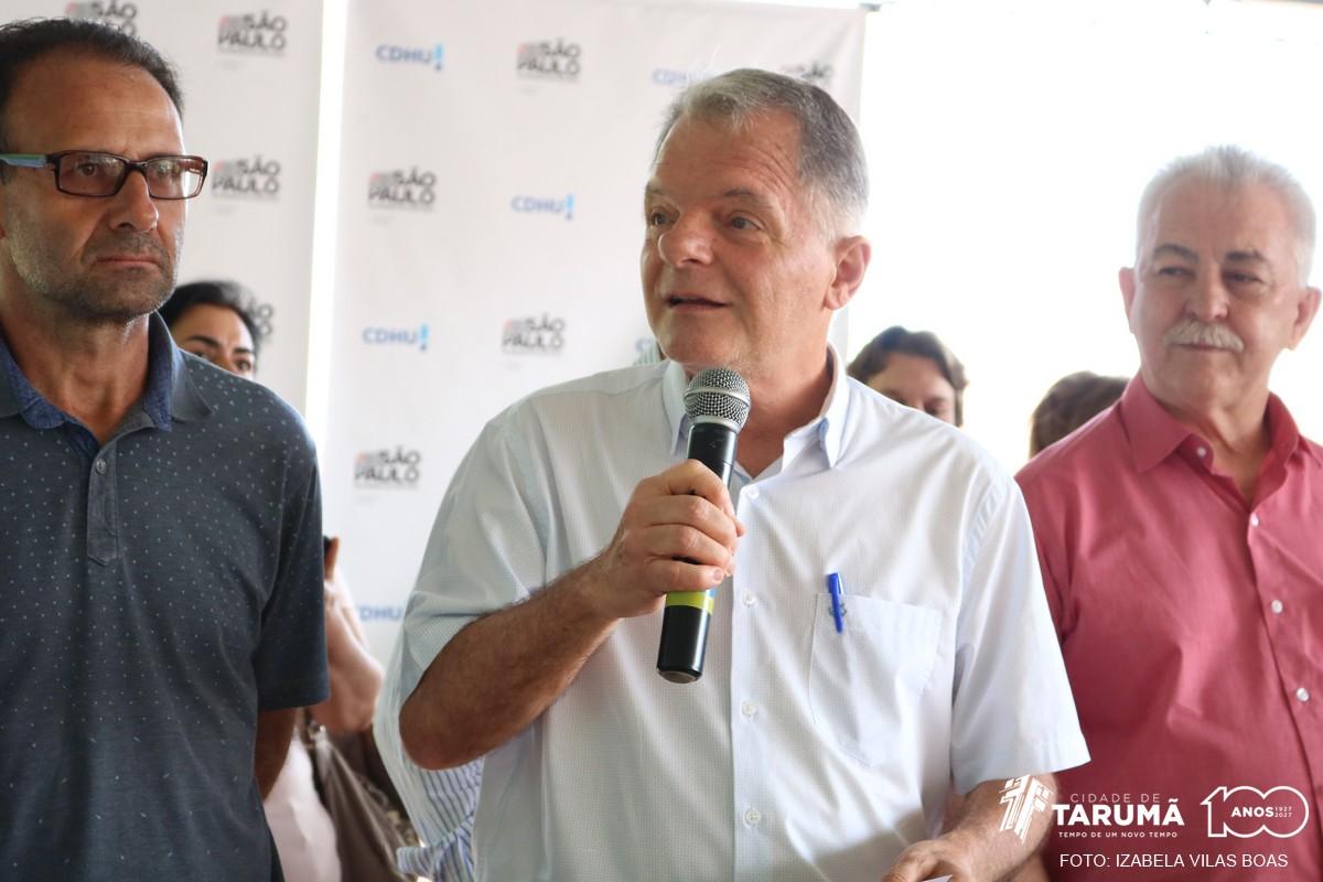 Deputado Mauro Bragato elogia empenho do prefeito Oscar Gozzi durante entrega de casas populares em Tarumã