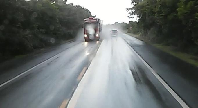 Direção sob chuva requer cuidados especiais dos motoristas, orienta Policia Rodoviária
