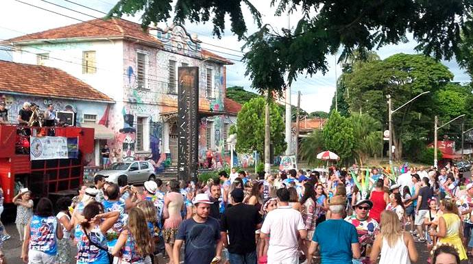 Blocos preparam folia em diferentes dias e praças da cidade durante o período do Carnaval