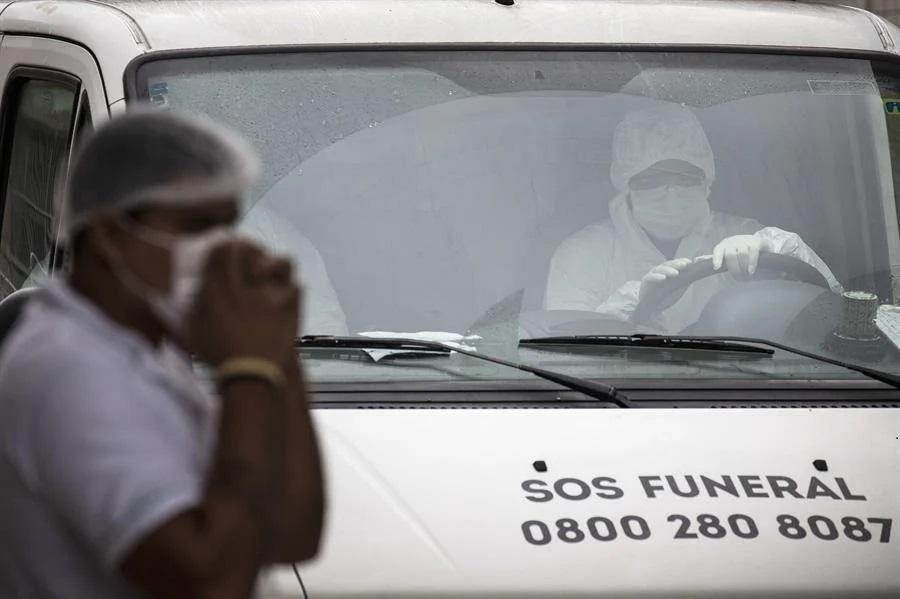 Covid-19: Centenas de caixões começam a chegar em Manaus