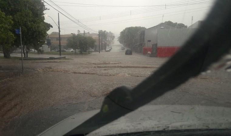 Chuva causa alagamentos e deixa avenidas e ruas em Assis intransitáveis