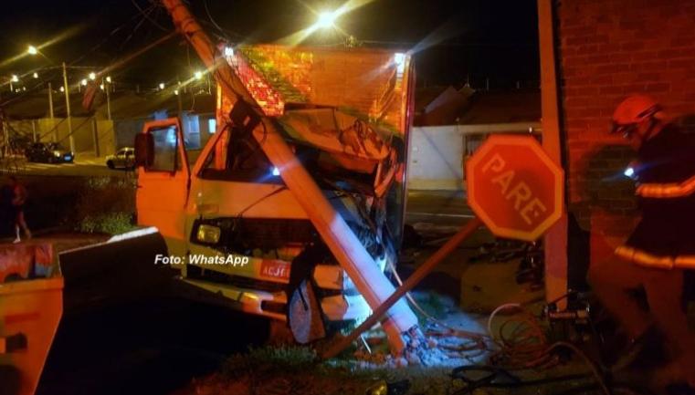 Bombeiros salvam motorista após bater caminhão em poste na cidade de Marília.