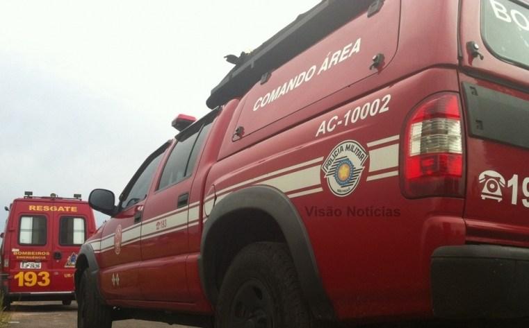 Bombeiros resgatam operário ferido, após retroescavadeira cair em ribanceira, na região.