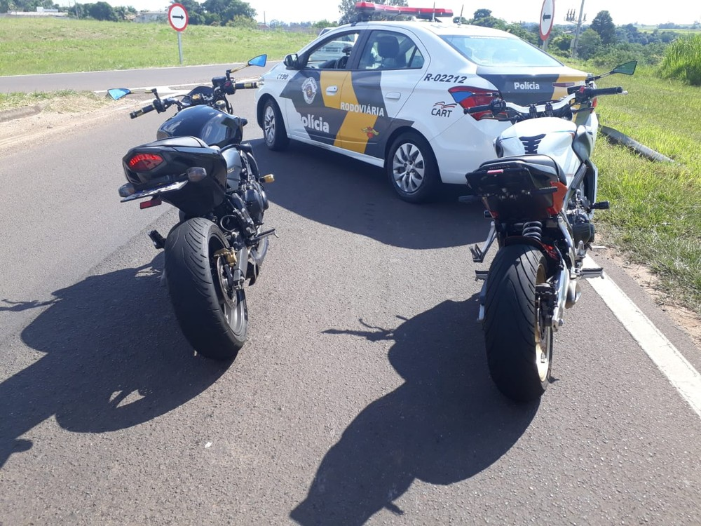 Motociclistas furam bloqueio policial, mas acabam abordados e recebem 9 autuações de trânsito
