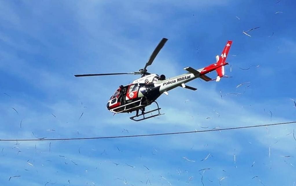Helicóptero Águia sobrevoa a cidade de Assis durante operação da PM