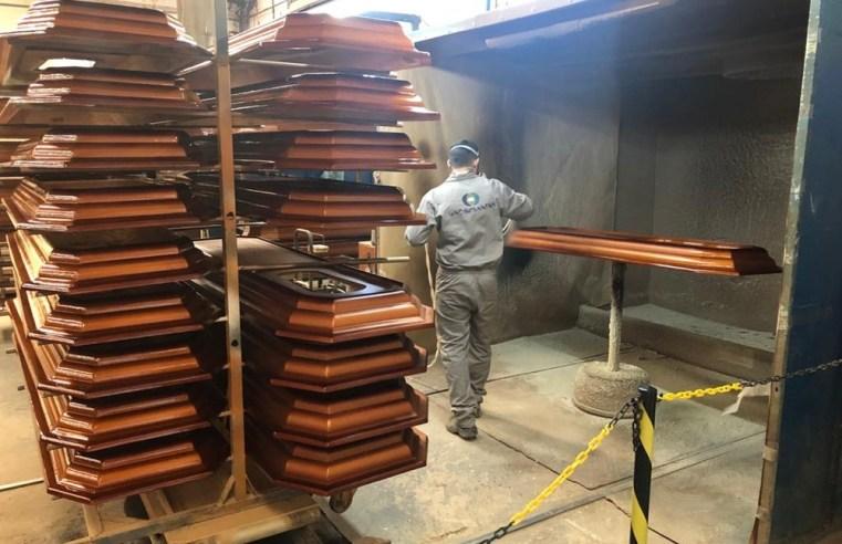 Associação de fabricantes de caixões se diz 'assustada' com demanda recorde e cita risco de faltar matéria-prima