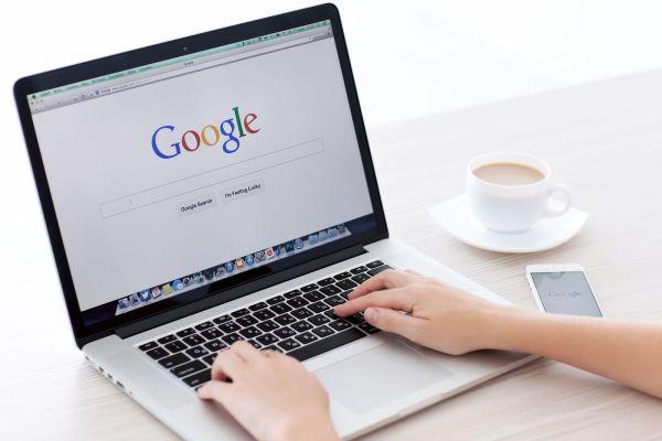 personas buscando en google my business