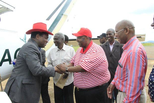 UPND Leader Hakainde Hichilema greets his vice Geoffery Mwamba as Bob Sichinga looks on in Chipata picture by Tenson Mkhala