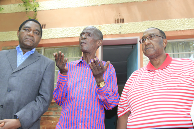 UPND president Hakainde Hichilema his vice president Geoffery Mwamba pose for a photo with Paramount Chief Mpezeni of the Ngoni People in Chipata-picture by Tenson Mkhala