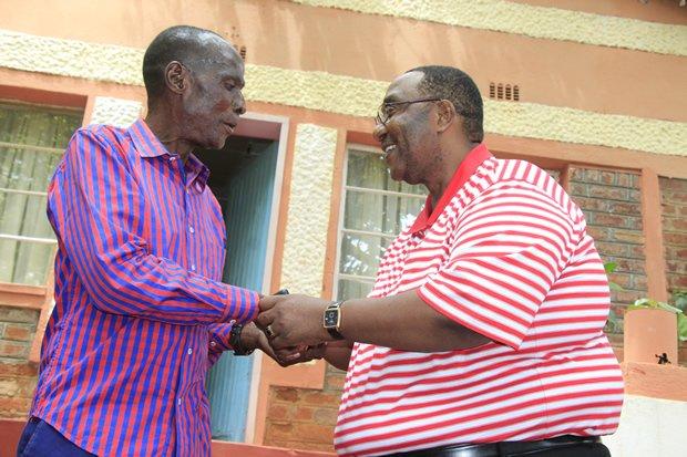 UPND vice president Geoffery Mwamba greets Paramount Chief Mpezeni of the Ngoni People in Chipata-picture by Tenson Mkhala