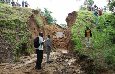 Side view of the seven meter wide ditch on the Batoka-Mamba road - Picture by Diggers Subscriber