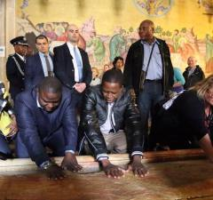 Foreign Affairs Minister Harry Kalaba (c), President Edgar Lungu (r) and commerce minister Margaret Mwanakatwe (l) at Jesus' tomb in Jerusalem, Israel