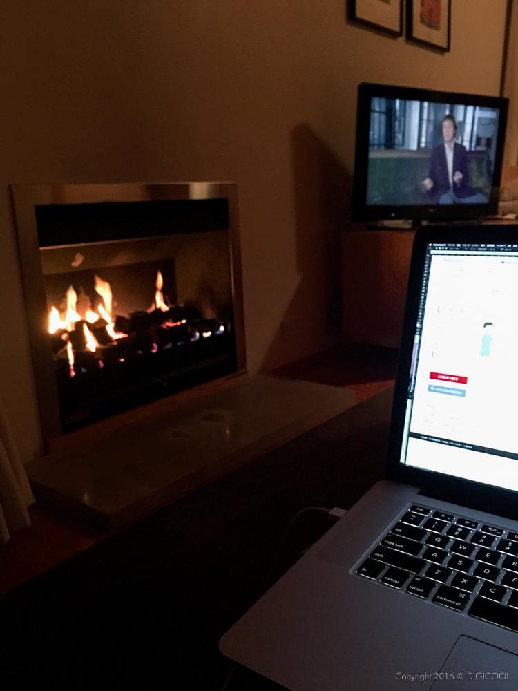 暖炉の前で。