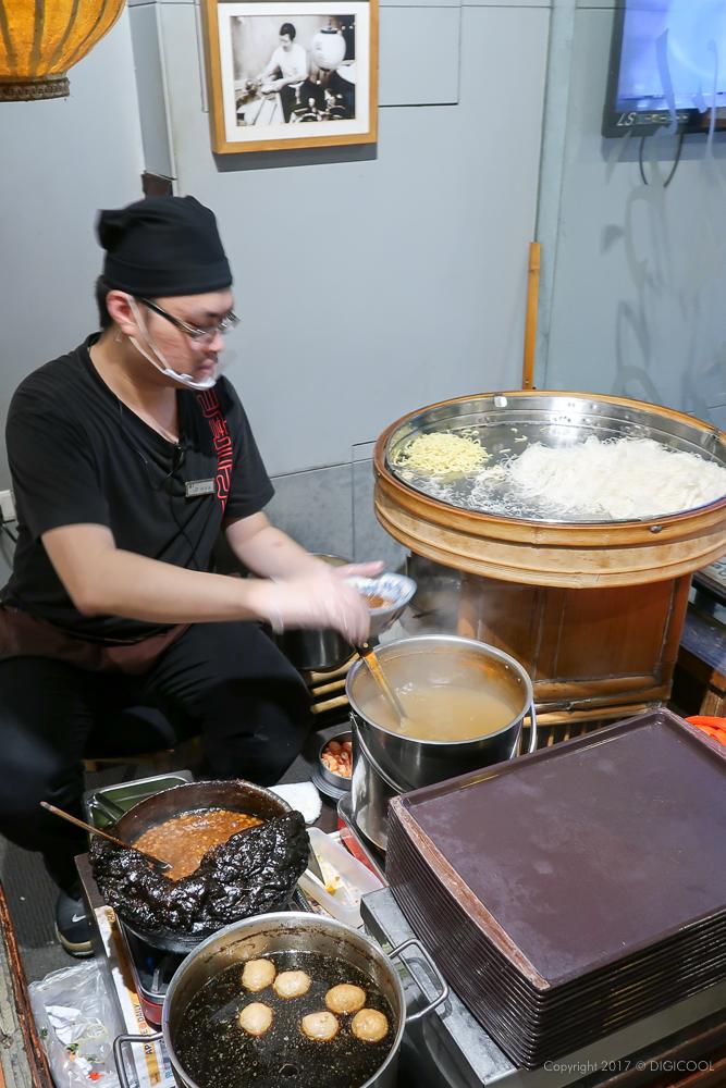 担仔麺を一杯づつ作っています