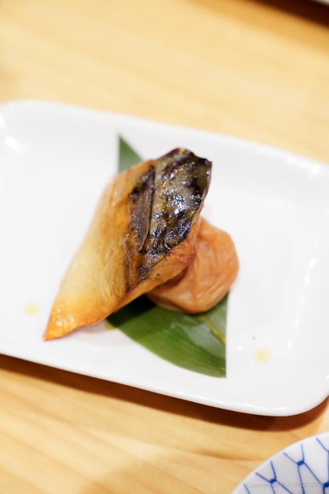 お通しの鯖の燻製と梅干し