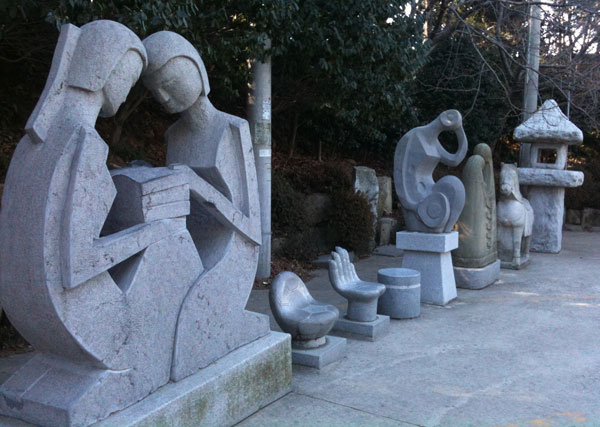 입구에 있는 다양한 석상.