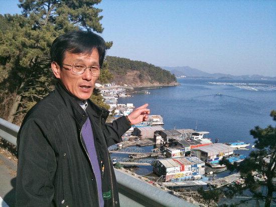 김영곤 수정어촌계장이 홍합 양식장과 해안선 사이 거리가 짧아 바지선 운항에 따른 피해가 예측된다는 말을 하고 있다.