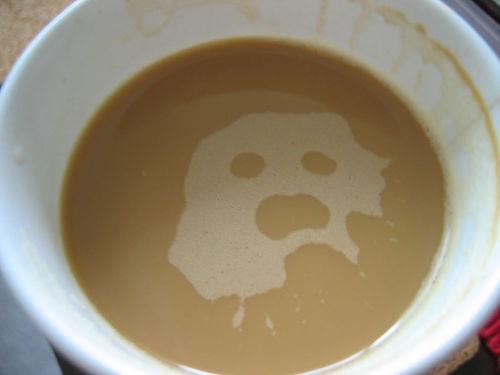 コーヒーをよく飲む人ほど幽霊を見る? カフェインとストレスに関係が
