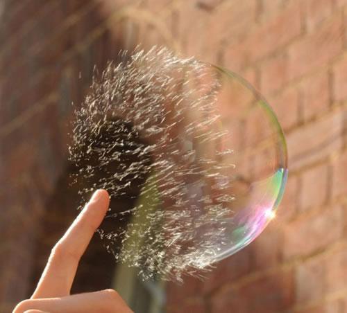 キミは見たことがあるか? シャボン玉が割れる瞬間を克明に捉えた連続写真