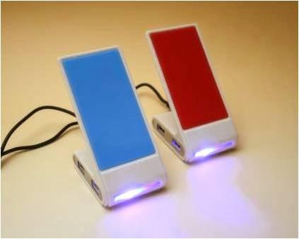 携帯電話がピタッとくっつくノンスリップ素材を使用した携帯スタンド型USBハブ