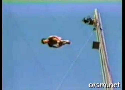 さあ一緒に飛び込もう。世界一、高さ172foot(約52.5メートル)からプールへダイビング
