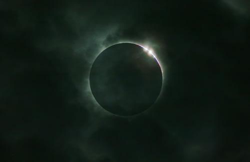 【今日のNASA】天体写真「曇り空の中のダイヤモンド」