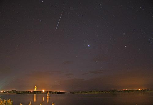 【今日のNASA】天体写真「シャトルと流れ星」