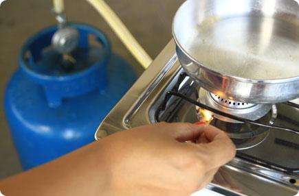 Vazamento de GLP: ao sentir o cheiro de GLP (Gás Liquefeito de Petróleo) não acenda as luzes e o fogão. Evite fontes de ignição, como celulares, isqueiros, ventiladores, entre outros. Portas e janelas devem ser abertas, mas se o odor estiver muito acentuado, saia do local imediatamente e acione o Corpo de Bombeiros. Se possível, desligue todos os disjuntores antes de deixar o imóvel. Só retorne ao local após vistoria e liberação do Bombeiro ou Defesa Civil. No caso do gás encanado é preciso tomar cuidados ao efetuar reformas. As substituições e reformas deverão ser feitas com ciência da empresa que efetua o abastecimento ou fez a instalação. Um profissional qualificado deve ser consultado antes para que não ocorram acidentes. (Foto: internet)