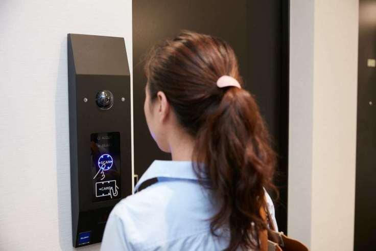 Das Bild zeigt die gesichtserkennung bei dem Zugang zu einem Hotelzimmer durch einen Gast
