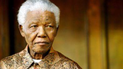 """JOH01 JOHANNESBURGO (SUDÁFRICA) 24/06/2013.- Fotografía de archivo tomada el 14 de junio de 2005 que muestra al expresidente sudafricano Nelson Mandela durante una rueda de prensa en Johannesburgo (Sudáfrica). El premio Nobel de la paz y expresidente sudafricano Nelson Mandela, hospitalizado desde el pasado día 8 por la recaída de una infección pulmonar, continúa hoy, lunes 24 de junio de 2013, en estado """"crítico"""", informó el actual presidente de Sudáfrica, Jacob Zuma. EFE/Str"""