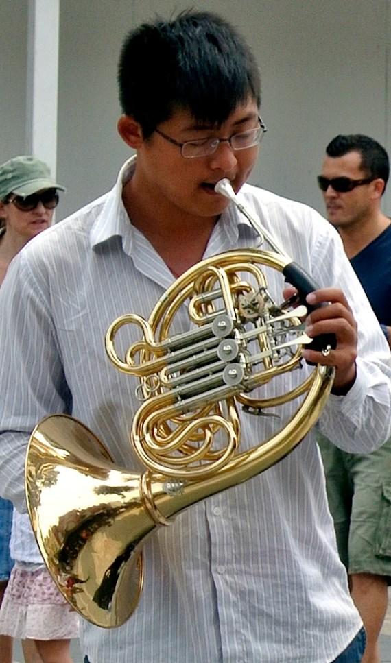 男人玩horn.JPG