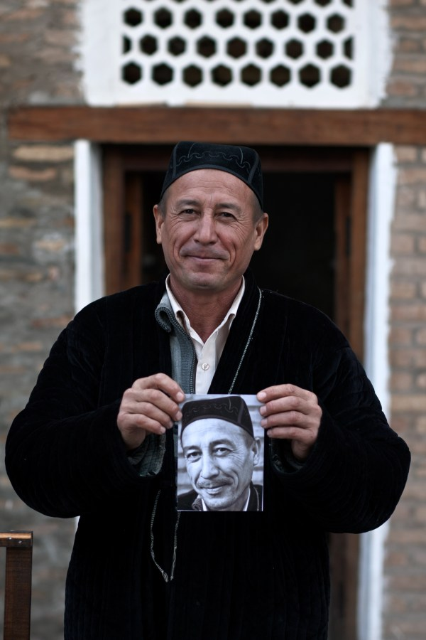 Image: Man with photo, Uzbekistan :: 85 mm, Fstop 2.8, 1\\250