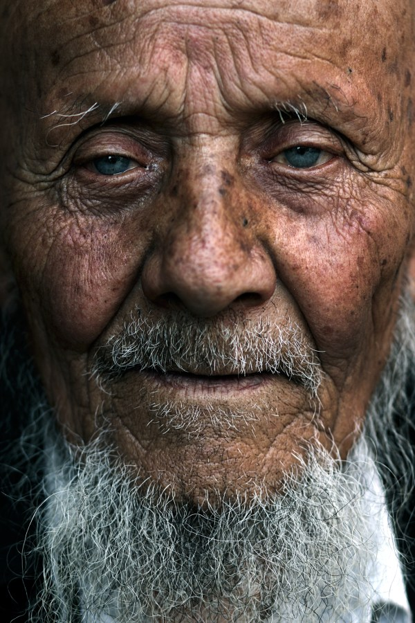 Image: Old man with blue eyes, China :: 85 mm, fstop 3.2, 1\\250