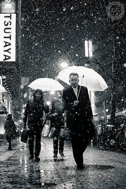 Shibuya in the snow: these people think I'm nuts, and they might very well be right :-)