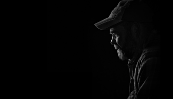Get an Invisible Black Background to Your Portraits – Shooting Anywhere [VIDEO]