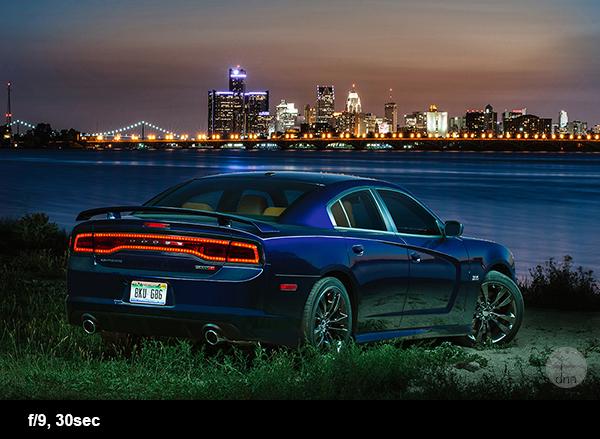 Dodge Charger com Detroit City Skyline