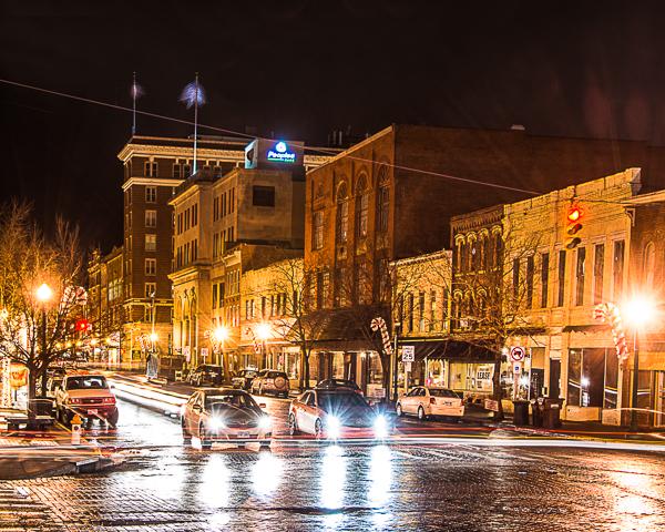如果你想拍摄像俄亥俄州玛丽埃塔市中心这样10秒曝光的长时间曝光夜景,你需要一个高质量的三脚架来为你的相机提供稳定的基础。