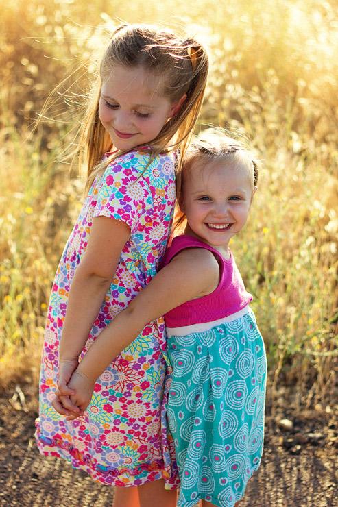 posing-young-siblings-4