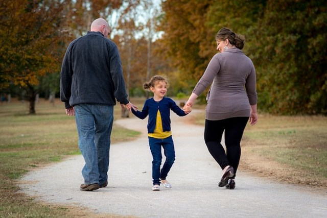 photographing-kids-family-walking