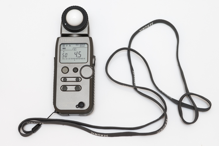 This is an external light meter. It's a Sekonic L-358, and is able to meter ambient light but also meter flash.